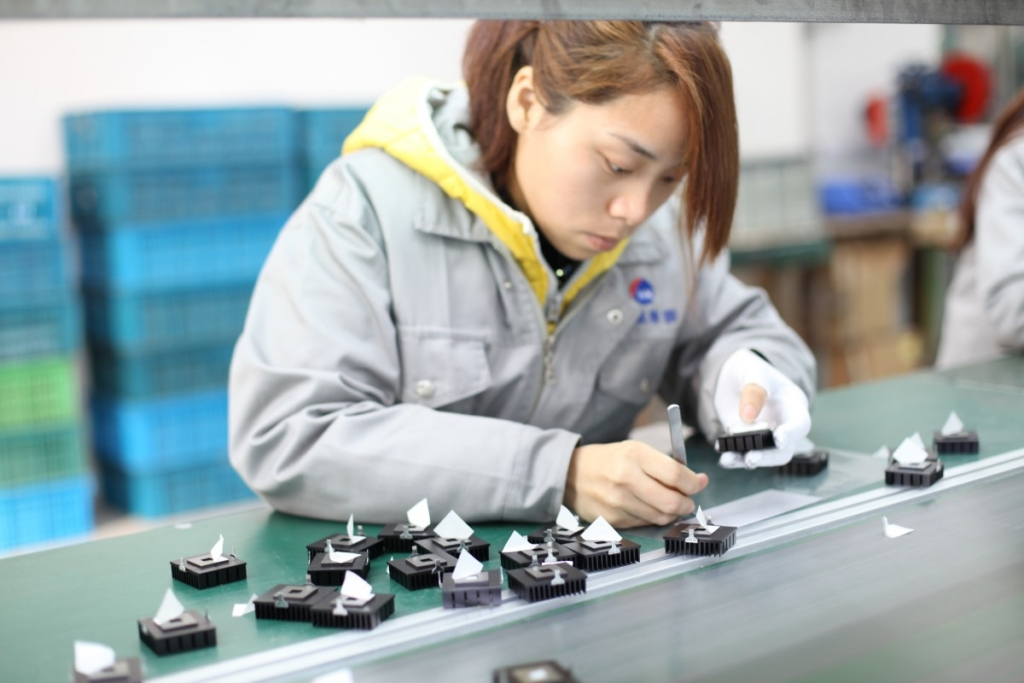 workshop_operator_the_assembly_line-717696